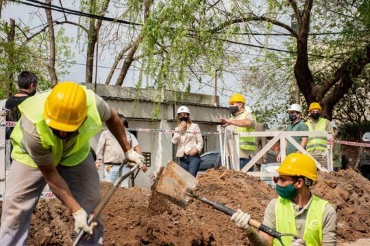 La titular de AySA, Malena Galmarini, supervisó una obra para expandir la red de agua en el barrio El Arco en Benavídez junto a concejales del Frente de Todos Tigre.