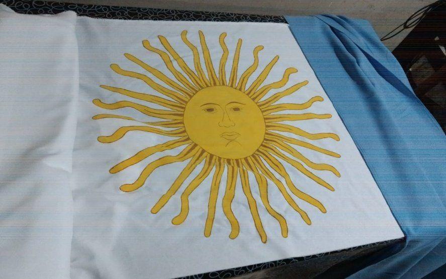 Desafío patrio: un pueblo se une para confeccionar una bandera argentina gigante