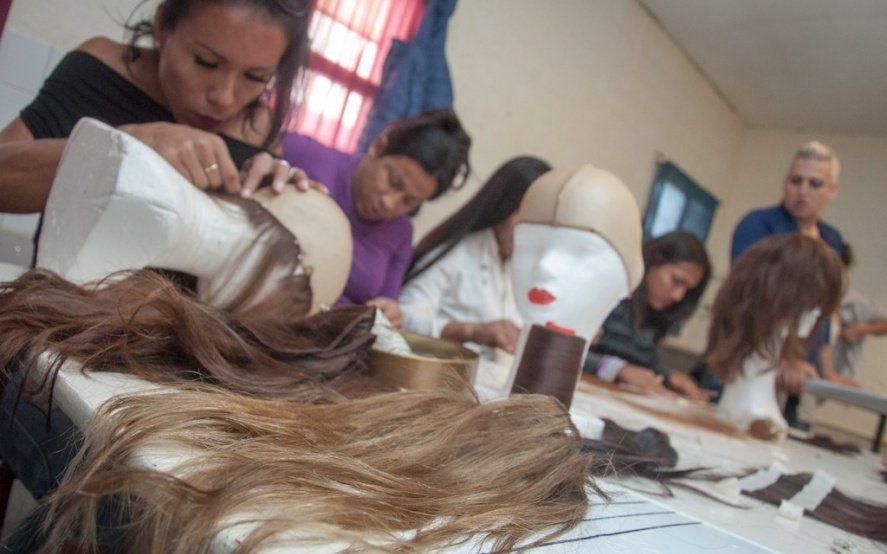 Internas trans de Florencio Varela confeccionaron pelucas para donar a pacientes oncológicos