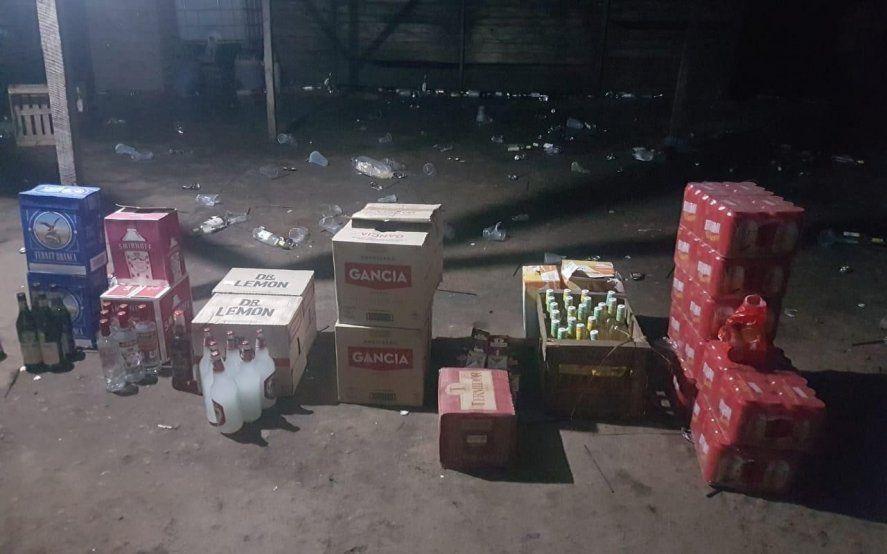 En el procedimiento hallaron más de 200 botellas con bebidas alcohólicas