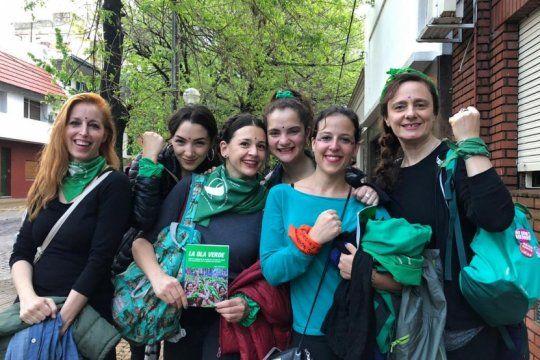 las famosas se vistieron de verde y marcharon en el historico encuentro feminista