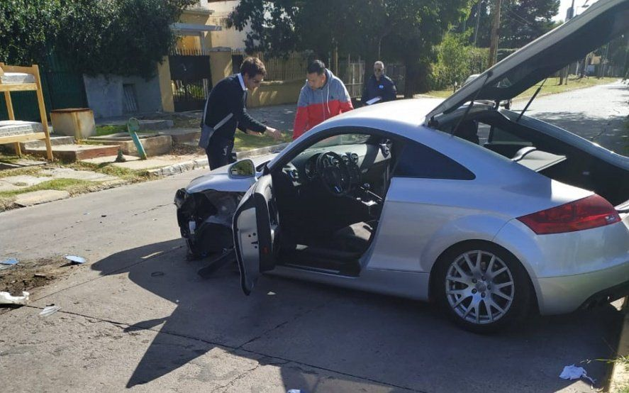 La Plata: chocó contra un micro, en el auto llevaba armas y pastillas y enfrentó a policías