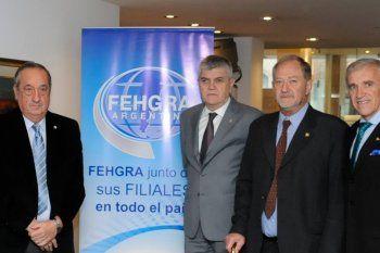 El intendente de Tandil, Miguel Lunghi (izquierda), y empresarios de los distintos rubros del turismo.