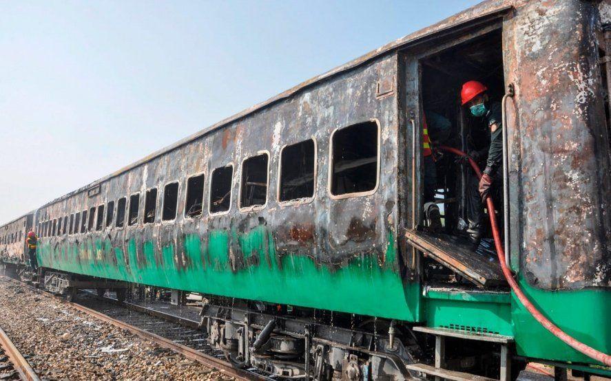 Conmoción en Pakistán: más de 70 muertos tras el incendio de un tren de pasajeros