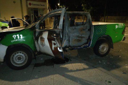 Un patrullero fue incendiado y vecinos fueron reprimidos en Rojas