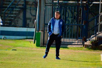 Marcelo Ramos dirigiendo en el Bosque, hoy se aleja de Gimnasia.
