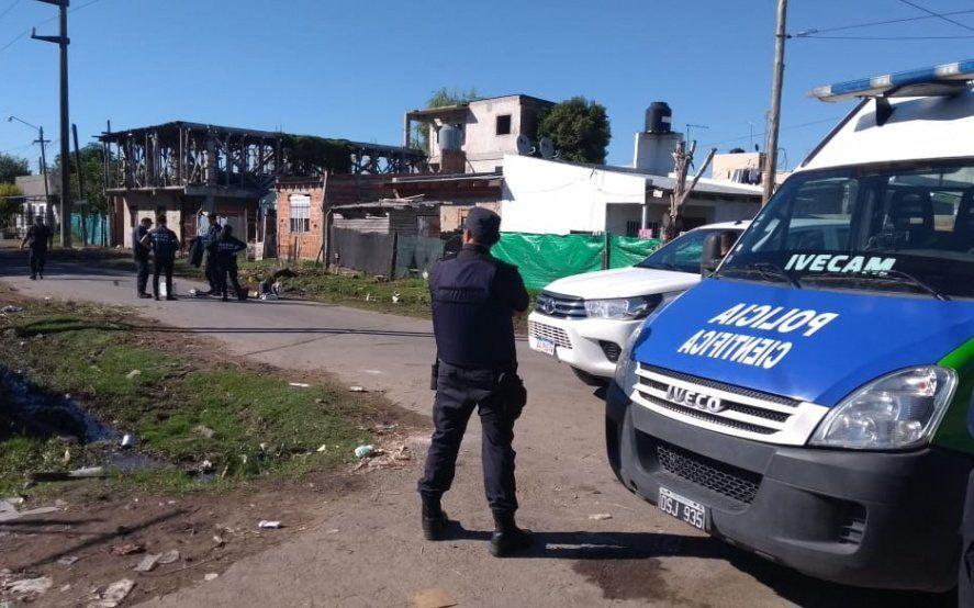 Cuatro encapuchados mataron a un hombre de 42 años, balearon a otro e incendiaron una casa en La Plata