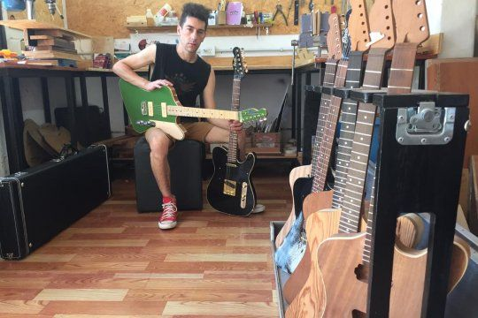 Sebastian en su taller de La Plata, creador de las Guitarras Pardo