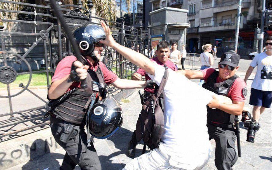 En las redes, dirigentes políticos y sindicatos repudiaron la represión contra los fotógrafos