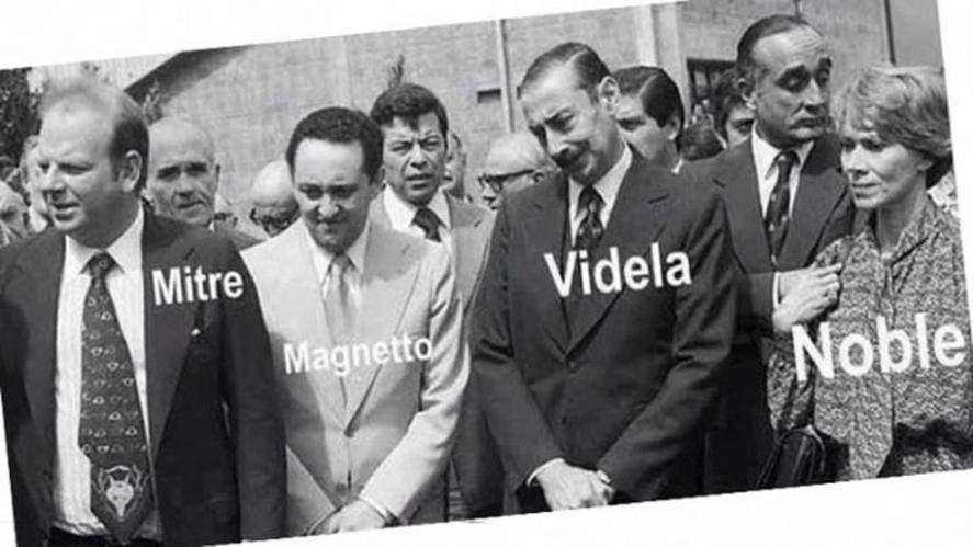 La famosa foto de 1977 con los gerentes de los principales diarios junto al dictador Videla al quedarse con Papel Prensa de forma espuria. El zócalo Defendemos todas las dictaduras