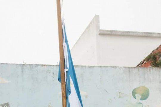 en el dia de la bandera, cadetes penitenciarios donaron una bandera para una escuela platense