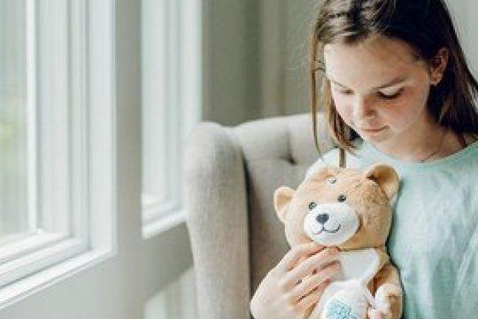 detras de un osito de peluche: una nena creo metodo para que los chicos no le tengan miedo al suero