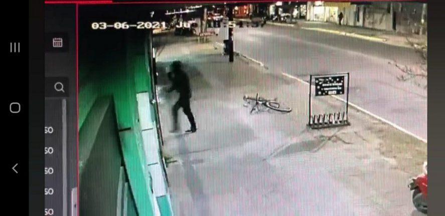 Berisso: cayeron un ladrón de comercios y dos hermanos que quisieron rescatarlo