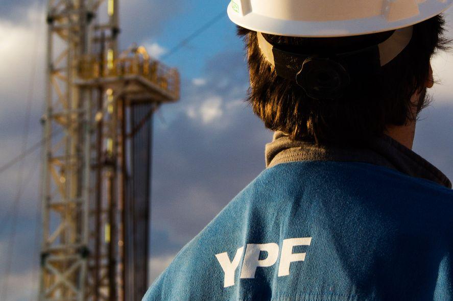 YPF: una calificadora de riesgo elevó la nota crediticia
