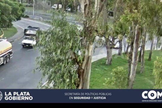 impactante choque en la rotonda de la bajada de la autopista en la plata