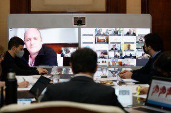 El gobernador Axel Kicillof, desde Gobernación, en reunión virtual con intendentes y expertos.
