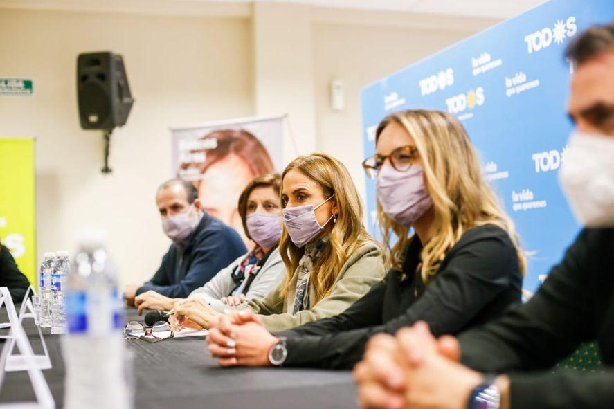 Tolosa Paz con las candidatas de Bahía Blanca