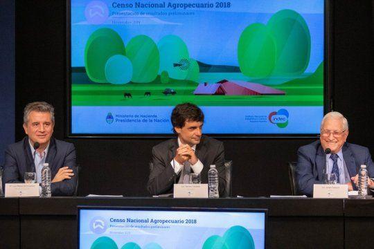 De izquierda a derecha, Luis MIguel Etchevere (ministro Agricultura), Hernán Lacunza (ministro Hacienda) y Jorge Todesca (director INDEC)