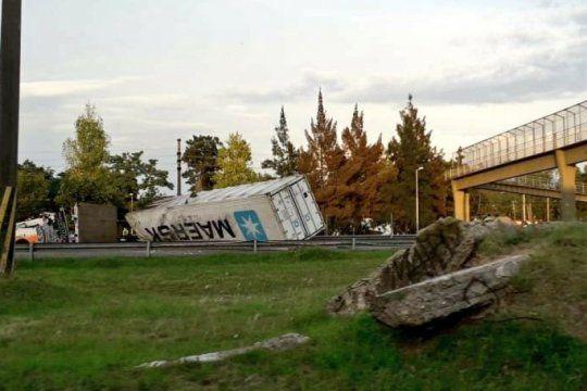 berazategui: sigue cerrado el transito en la ruta 36 tras el vuelco de un camion
