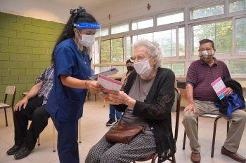 Los mayores de 70 años podrán recibir la primera dosis de la vacuna aunque no estén anotados en la campaña.