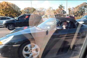La foto de Baby Etchecopar hablando en su Porsche último modelo