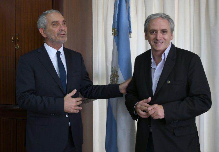 El intendente de Chascomús, Javier Gastón, junto al ministro de Justicia, Julio Alak