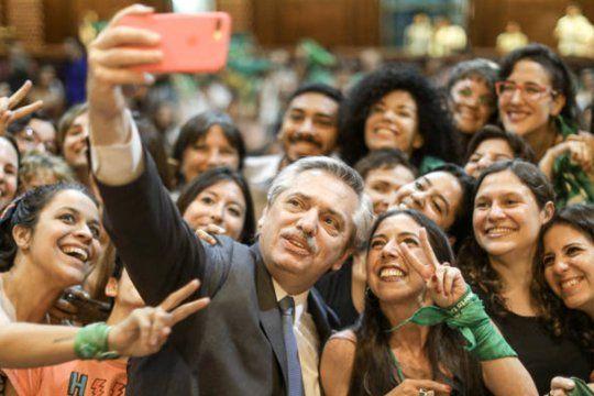 El presidente Alberto Fernández sostiene su compromiso sobre la legalización del aborto.