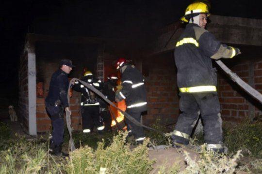 incendio en una casa tomada en punta alta: por una vela murieron dos hermanos de 12 y 14 anos
