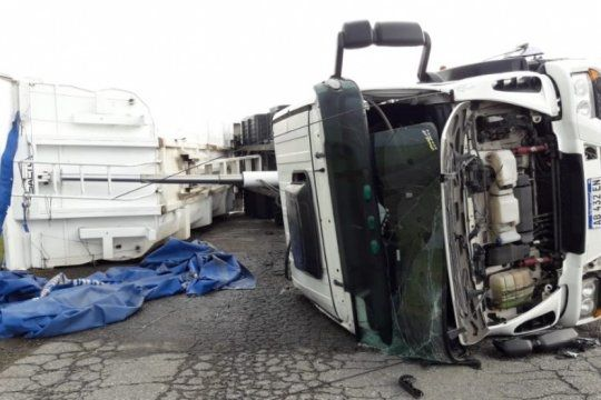 increible: un tornado derribo a cuatro camiones juntos en azul