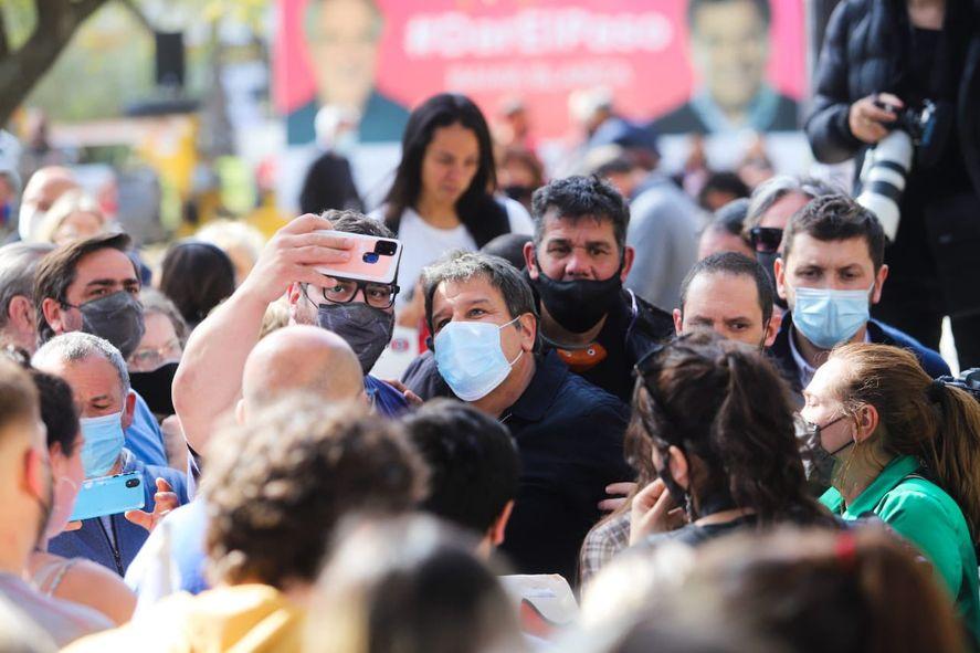 Facundo Manes de campaña en Bahía Blanca.