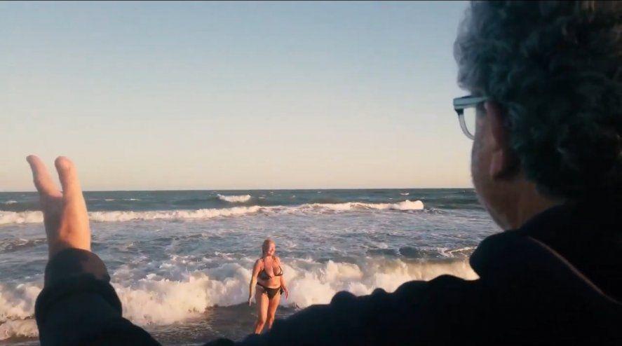 Recreación de la escena más famosa de La Dolce Vita del director Federico Felini en aguas de Villa Gesell