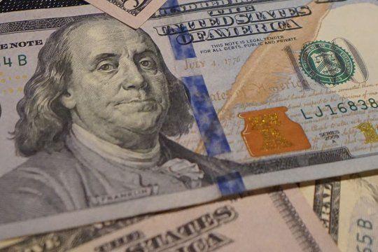 El dólar blue avanzó hoy $5