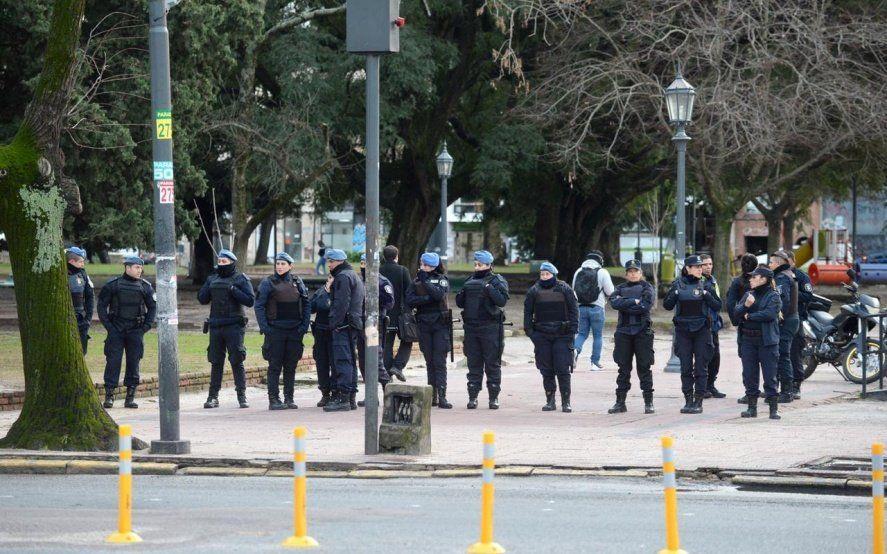 Otro mega-operativo policial para evitar a manteros en el microcentro de La Plata