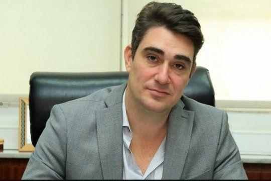 El intendente de Capitán Sarmiento, Javier Iguacel fue señalado por propiciar el despido de un periodista en su distrito,, a través del Director del Hospital Municipal