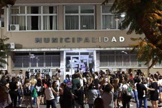 Tras el violento episodio hubo una manifestación frente a la Municipalidad