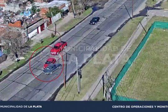 con video: buscan al conductor de una camioneta que provoco un triple choque y se fugo