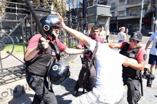 en las redes, dirigentes politicos y sindicatos repudiaron la represion contra los fotografos