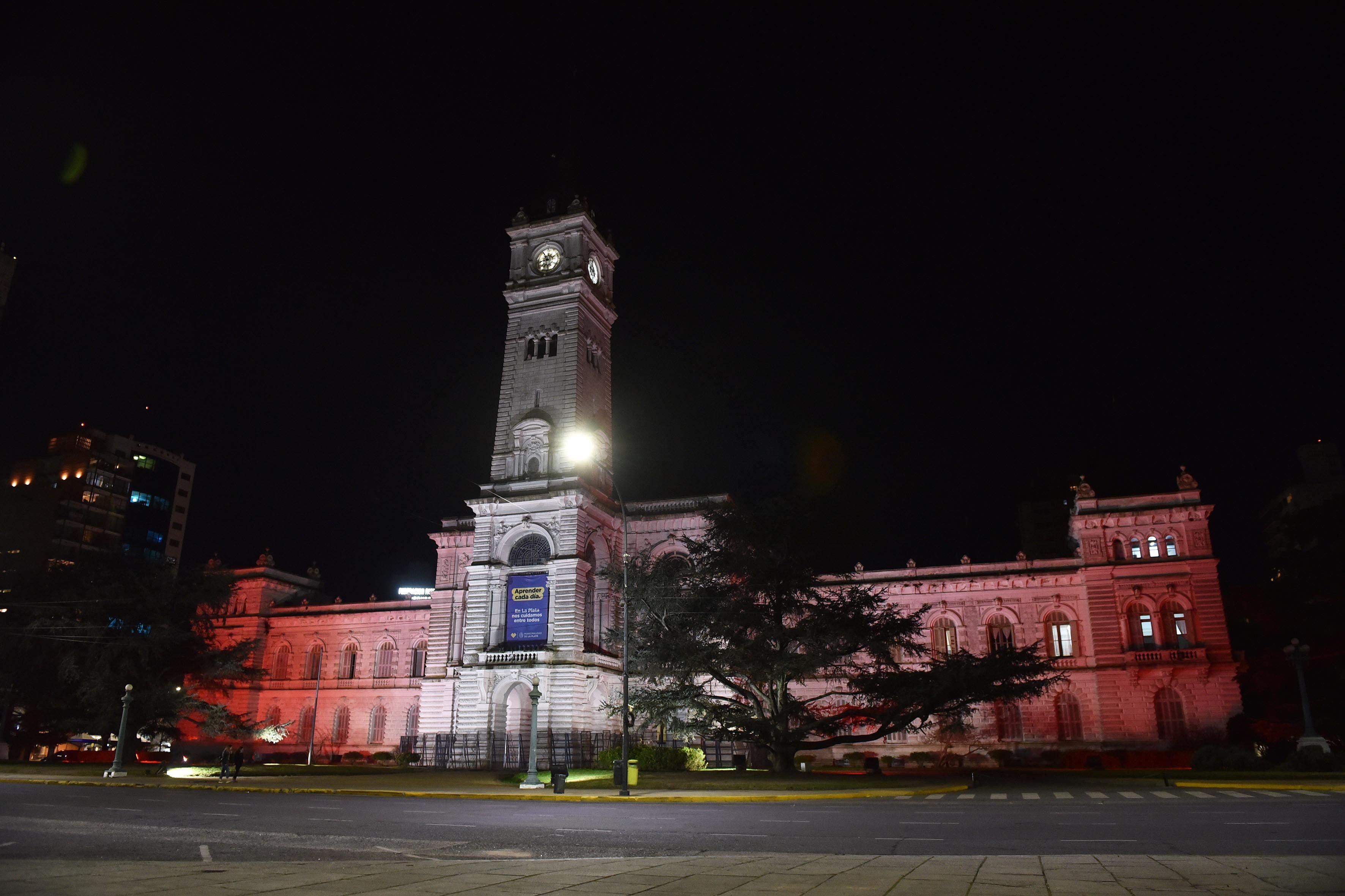 El palacio municipal se iluminó anoche de rojo y blanco