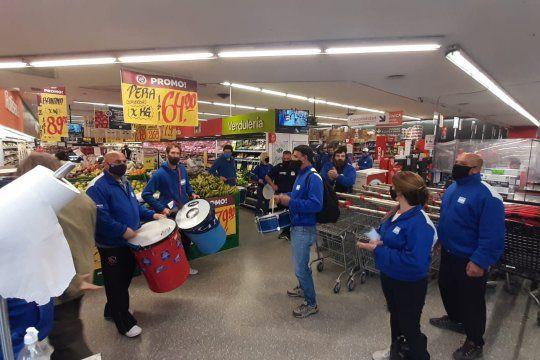 Trabajadores de supermercados y mayoristas piden la continuidad de un bono salarial