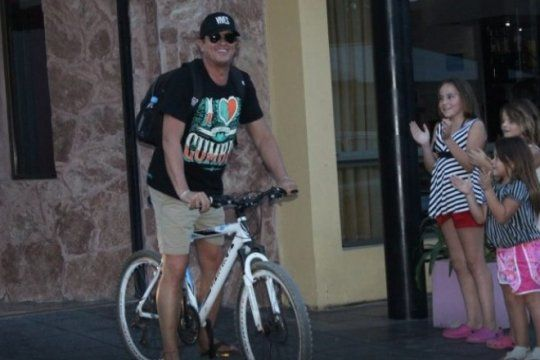 la bicicleta llego a dolores: carlos vives pedaleo en la ciudad antes de tocar en la fiesta de la guitarra