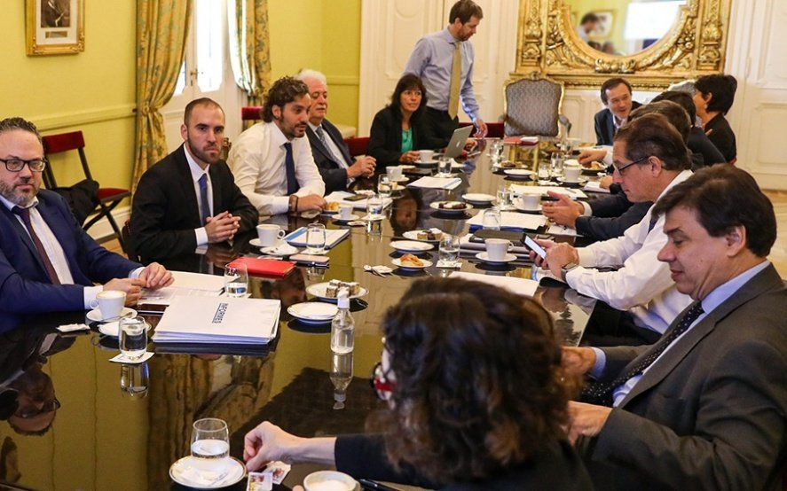 El Gabinete Económico se reúne para definir el pago del aguinaldo a estatales en cuotas y readecuación del ATP