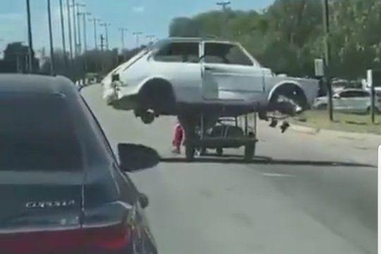 El sorprendente video que muestra a un flete improvisado por un carro de cartonero arrastrado por una moto, que lleva el chasis de un Fiat 147 en La Rioja