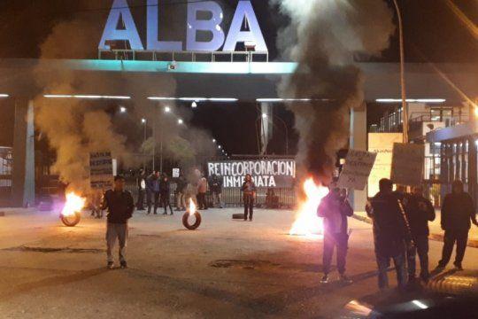 trabajadores bloquean una fabrica de pintura en escobar para rechazar despidos masivos