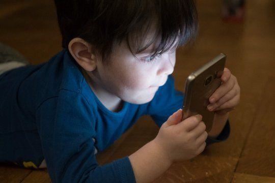una falla de facebook permitio que miles de chicos chatearan con extranos en messenger kids