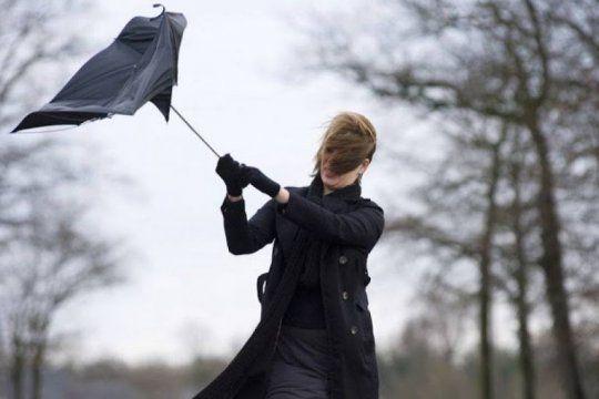Fuertes vientos y lluvias, alerta meteorológica en la zona costera.
