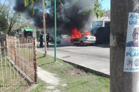 la plata: suma tension por el incendio de un auto en la via publica en tolosa
