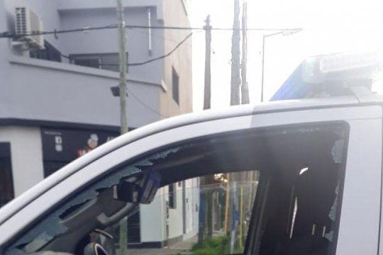 la plata: batahola frente a la delegacion municipal de villa elvira dejo dos detenidos y una mujer policia herida