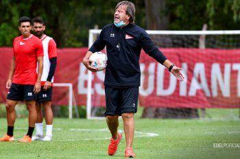 Ricardo Zielinski da órdenes en el entrenamiento de Estudiantes