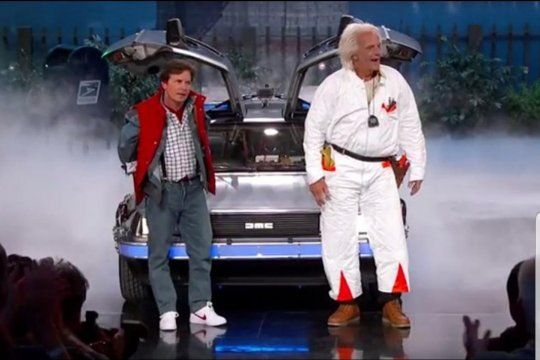 Michael Fox y Christopher Lloyd jubto al De Lorean de Volver al Futuro y la expectativa creada por la aparición pronta de novedades sobre la saga