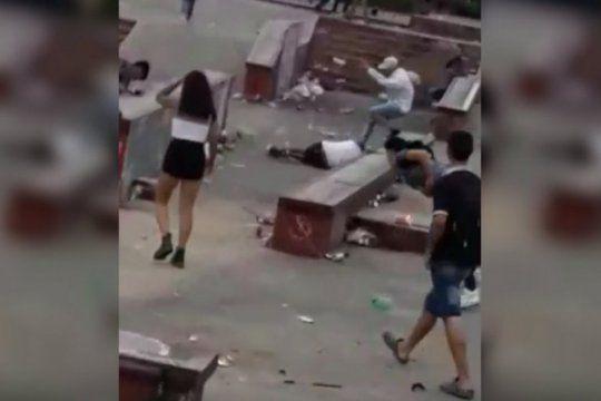 una batalla campal en una plaza termino con un joven salvajemente agredido